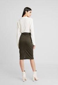 ICHI - KATE HOUNDS SKIRT - Pouzdrová sukně - dark olive - 2