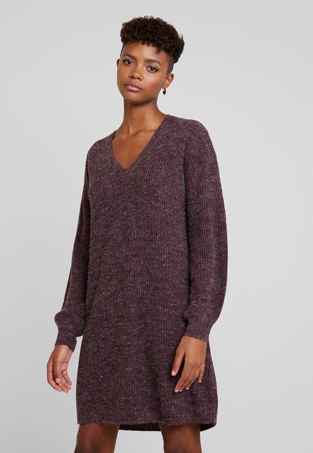 NOVO DRESS - Pletené šaty - winetasting