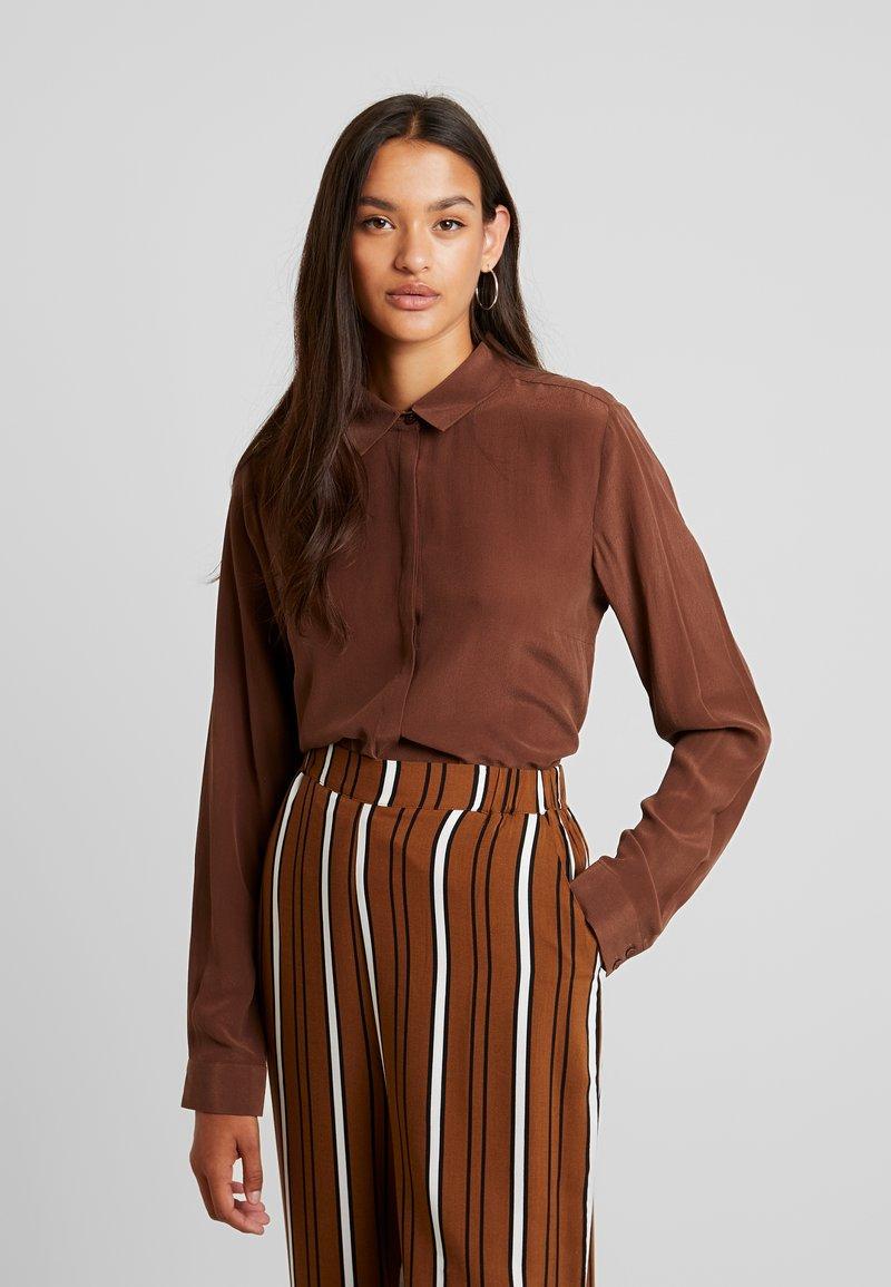 ICHI - SILK CRUSH BLOUSE - Button-down blouse - chocolate lab