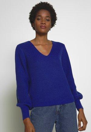 Stickad tröja - clematis blue