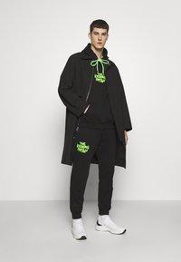 Iceberg - VANDAL - Pantaloni sportivi - black/green - 1