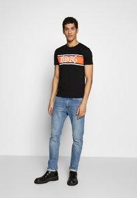 Iceberg - STRIPE LOGO - T-shirt con stampa - nero - 1