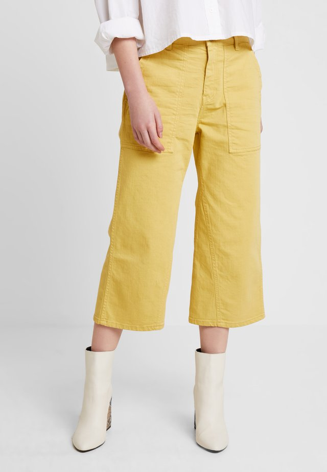 SYLVIA CROPPED - Flared-farkut - ochre yellow