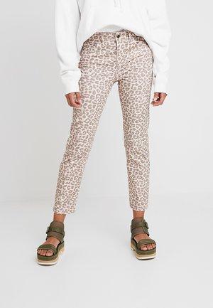RADCLYFFE LEOPARD PRINT - Jeans Slim Fit - pink