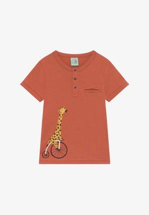 CORE BICYCLE RACE GIRAFFE TEE - Print T-shirt - red