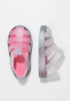 STAR - Sandály do bazénu - silver/fuchsia