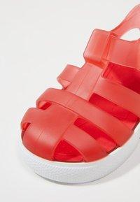 IGOR - STAR - Sandály do bazénu - red - 2