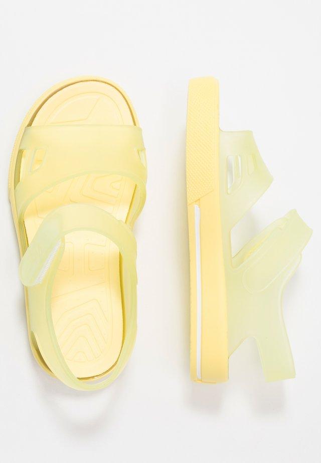 MALIBÚ - Sandály do bazénu - amarillo