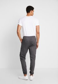 INDICODE JEANS - LAKELAND - Pantaloni cargo - dark grey - 2