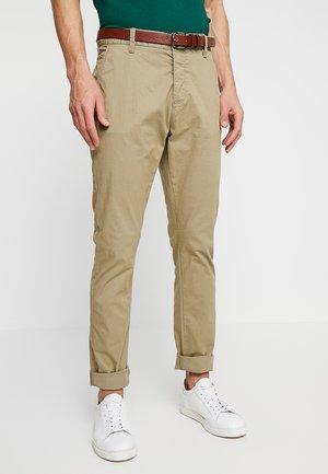 NELSON - Pantalones chinos - covert green