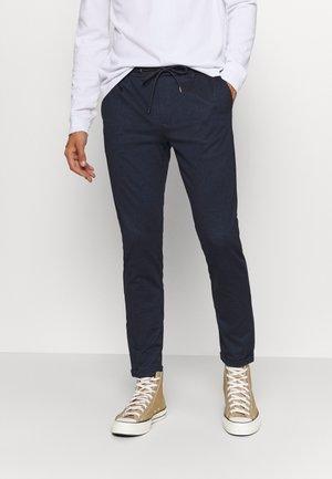 EBERLEIN WITH ROLL UP CHECK - Spodnie materiałowe - panamera blue