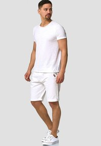 INDICODE JEANS - CASUAL FIT - Shorts - off white - 1