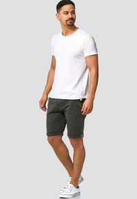 INDICODE JEANS - CASUAL FIT - Shorts - raven - 1