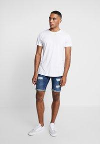INDICODE JEANS - KADEN HOLES - Shorts di jeans - medium indigo - 1