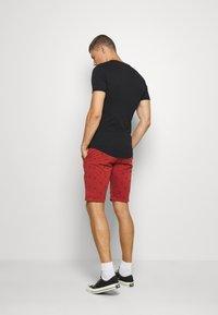 INDICODE JEANS - ASHFIELD - Shorts - red ochre - 2