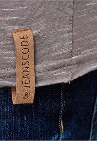 INDICODE JEANS - Print T-shirt - light grey - 4