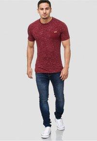 INDICODE JEANS - Print T-shirt - bordeaux - 1