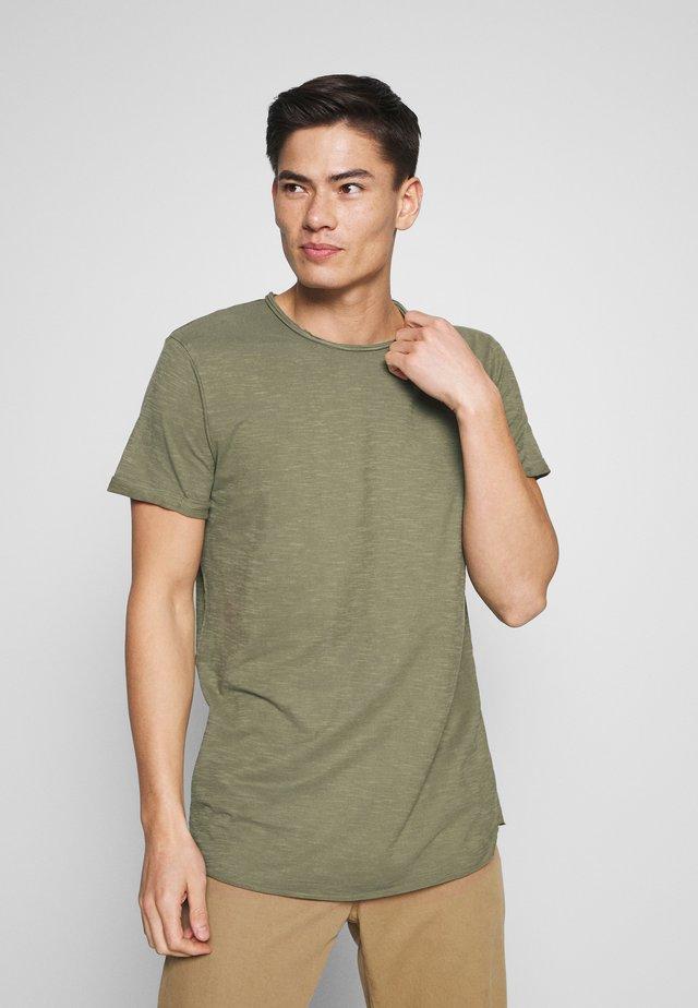 ALAIN - Basic T-shirt - cypress