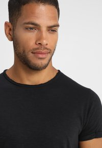 INDICODE JEANS - ALAIN - T-shirt basic - black - 5