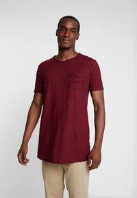 INDICODE JEANS - VILLENEUVE - T-shirt med print - bordeaux - 0