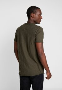 INDICODE JEANS - VILLENEUVE - T-shirt imprimé - army - 2
