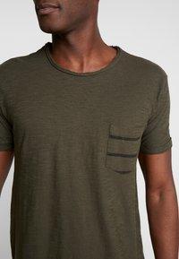 INDICODE JEANS - VILLENEUVE - T-shirt imprimé - army - 4