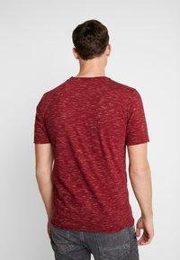 INDICODE JEANS - HULSA - T-shirt imprimé - bordeaux - 2