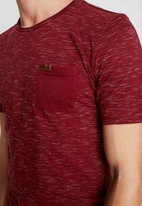 INDICODE JEANS - HULSA - T-shirt imprimé - bordeaux - 4