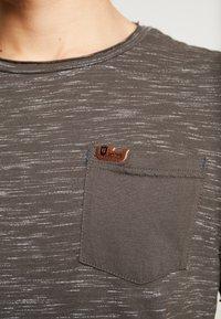 INDICODE JEANS - HULSA - T-shirt print - charcoal mix - 5