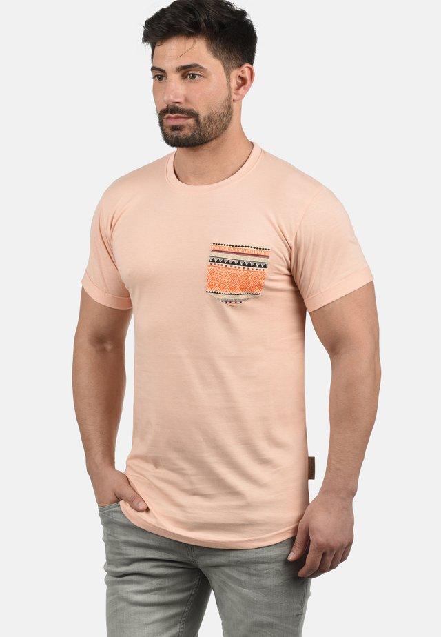 PAXTON - Print T-shirt - cameo rose