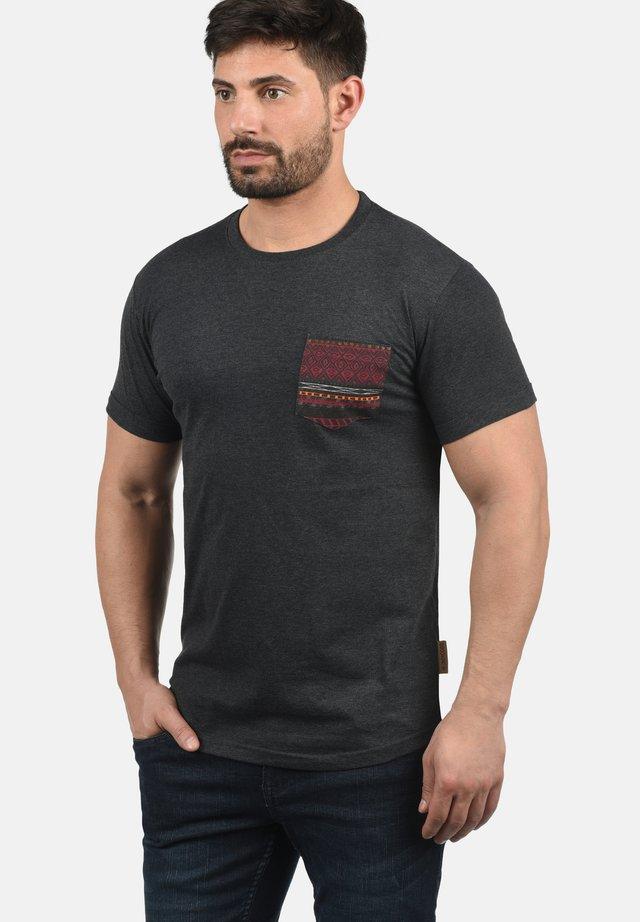 PAXTON - Print T-shirt - charcoal