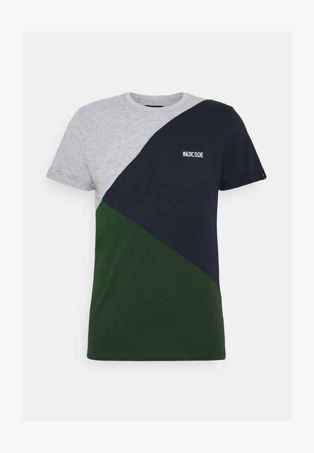 ECHARD - Print T-shirt - pineneedle