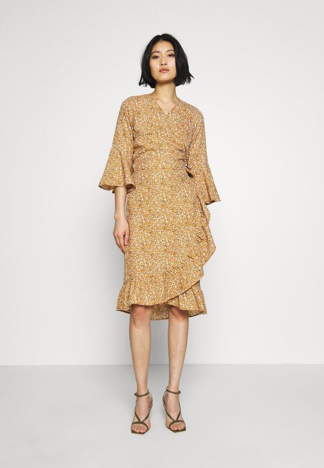 EVIAS - Day dress - burnt ochre