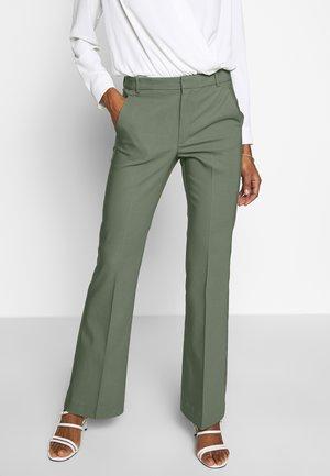 ZELLAIW BOOTCUT PANTS - Stoffhose - beetle green