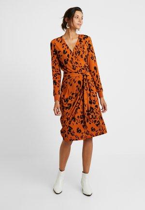 IMELDA WRAP DRESS - Robe en jersey - rust