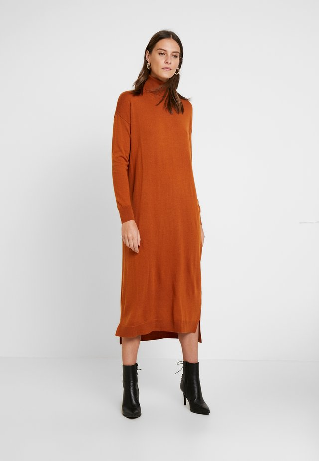 OWEN DRESS - Sukienka dzianinowa - rust