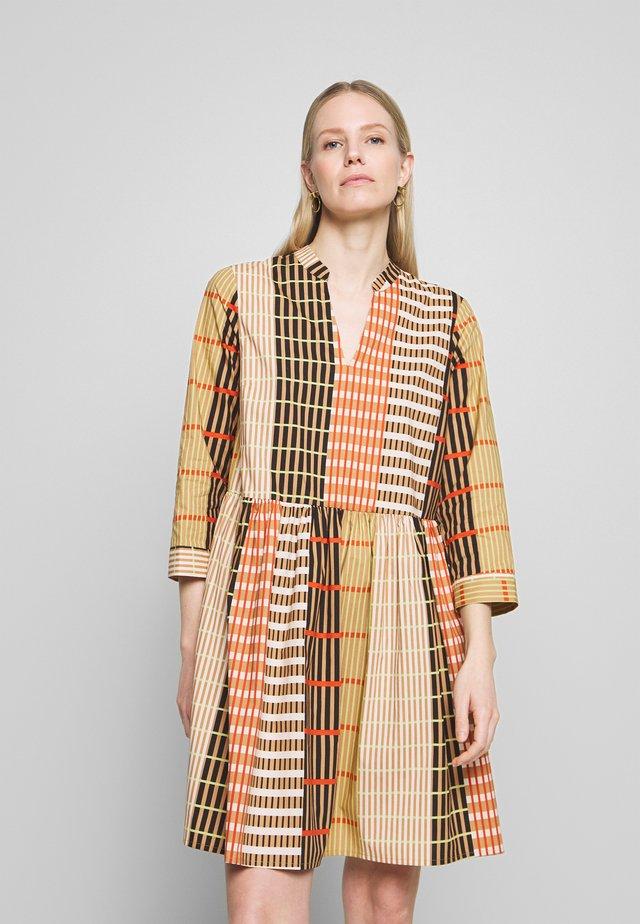 HANNEIW ILSA DRESS - Vapaa-ajan mekko - camel multi