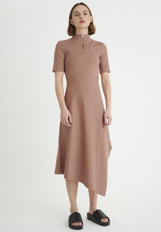ANNABEL - Jerseykleid - cinnamon / white smoke stripe