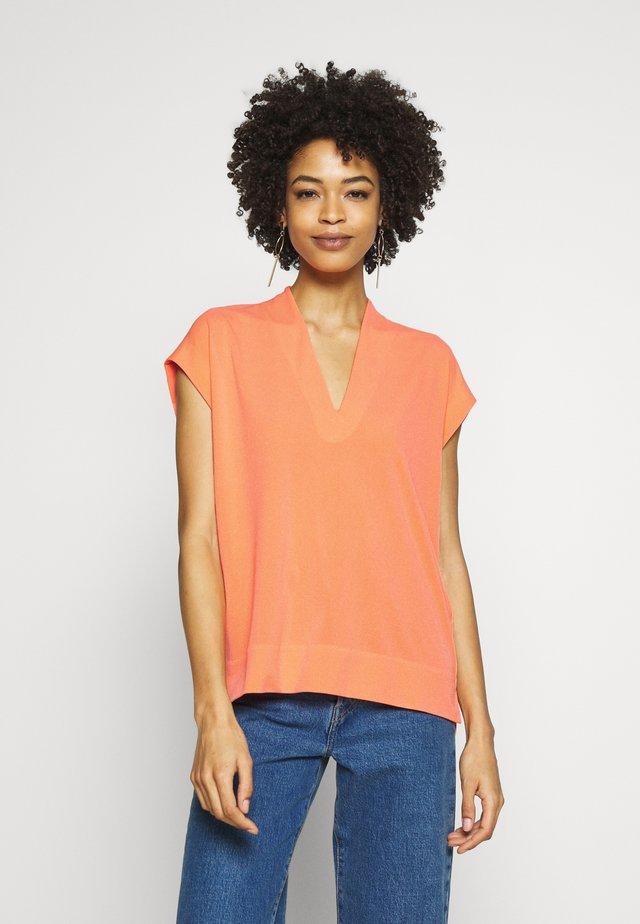 YAMINI - T-shirt z nadrukiem - coral