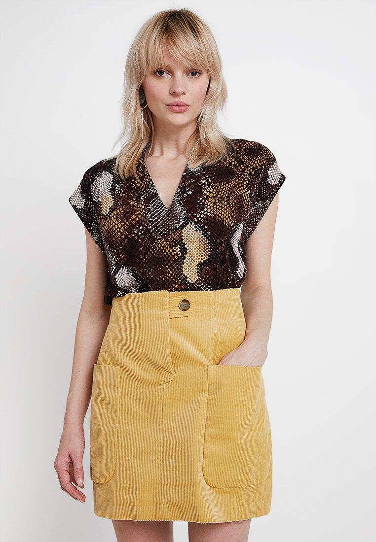 InWear - YAMINI - T-Shirt print - snake yellow/brown