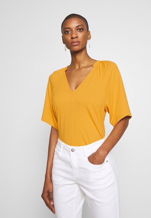 ABBEY  - T-shirt print - golden yellow