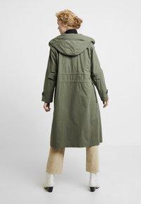 InWear - GRETE COAT 2-IN-1 - Trenchcoat - beetle green - 2