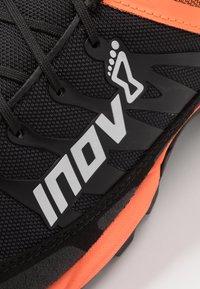 Inov-8 - MUDCLAW™ 300 - Obuwie do biegania Szlak - black/orange - 5