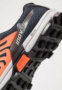 Inov-8 - ROCLITE G 290 - Chaussures de running - navy/orange - 5