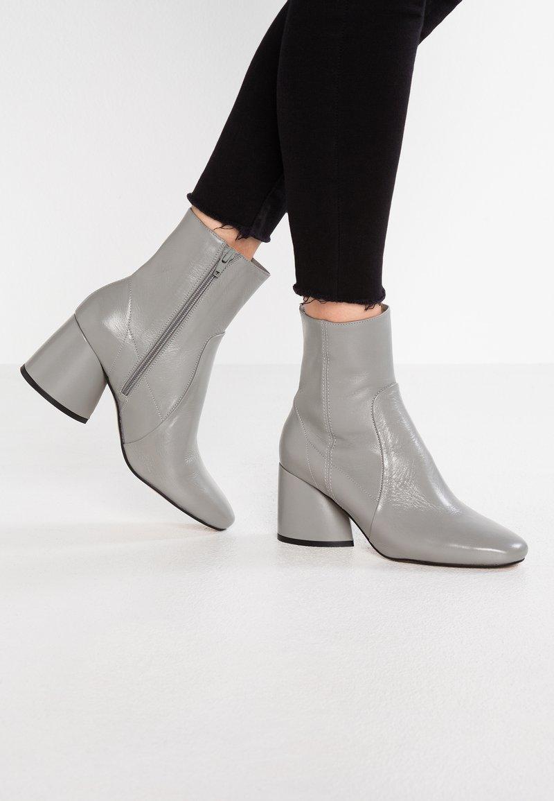 Intentionally Blank - LUCK - Støvletter - grey
