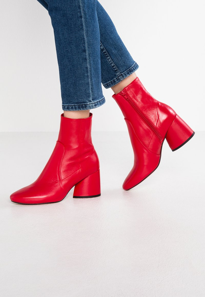 Intentionally Blank - LUCK - Classic ankle boots - red