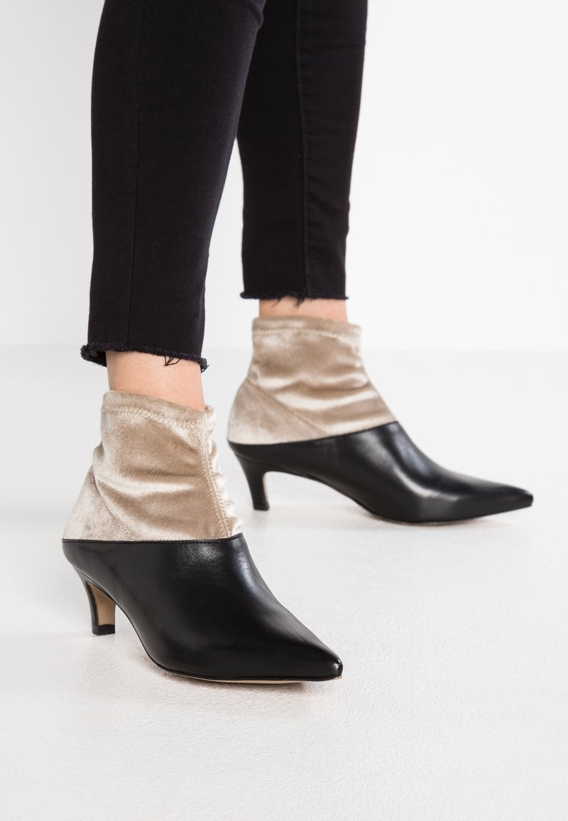 Intentionally Blank - TIZO - Korte laarzen - black/tan