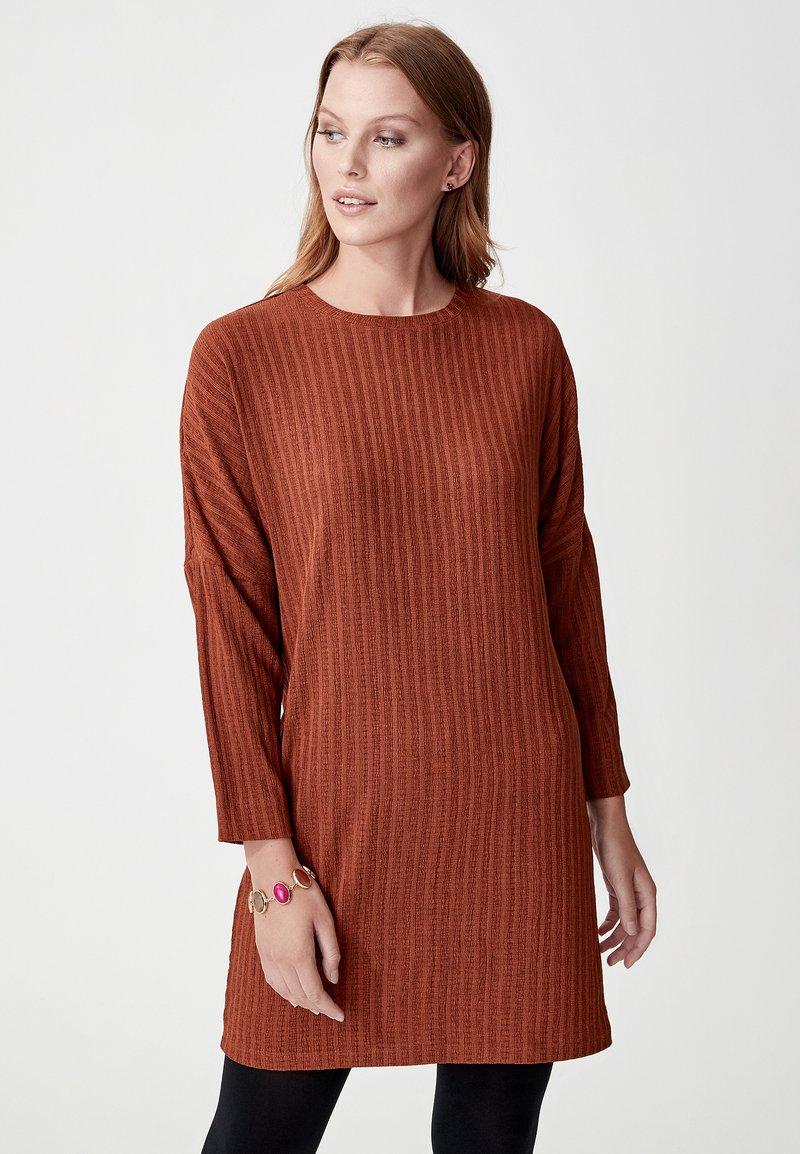 Indiska - FREESIA - Stickad klänning - rust