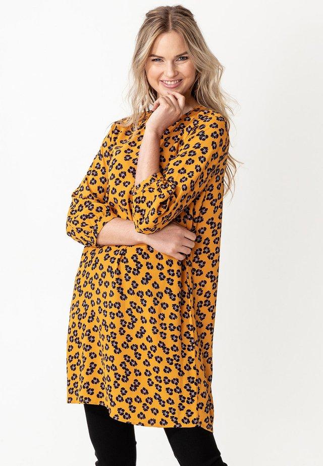 TILDA - Korte jurk - mustard yellow