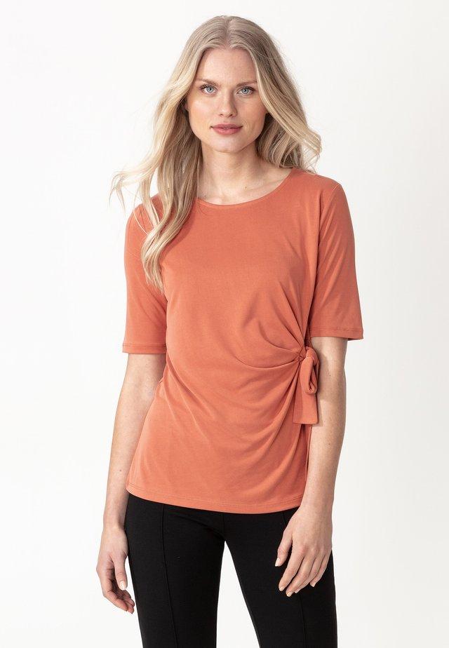 IZZY - T-shirt z nadrukiem - rust